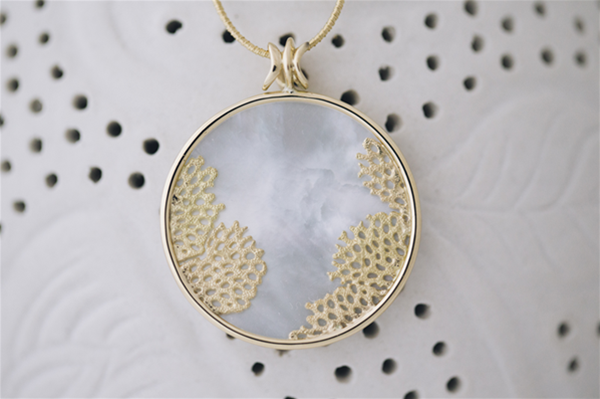 Mother of pearl set in 18ct yellow gold